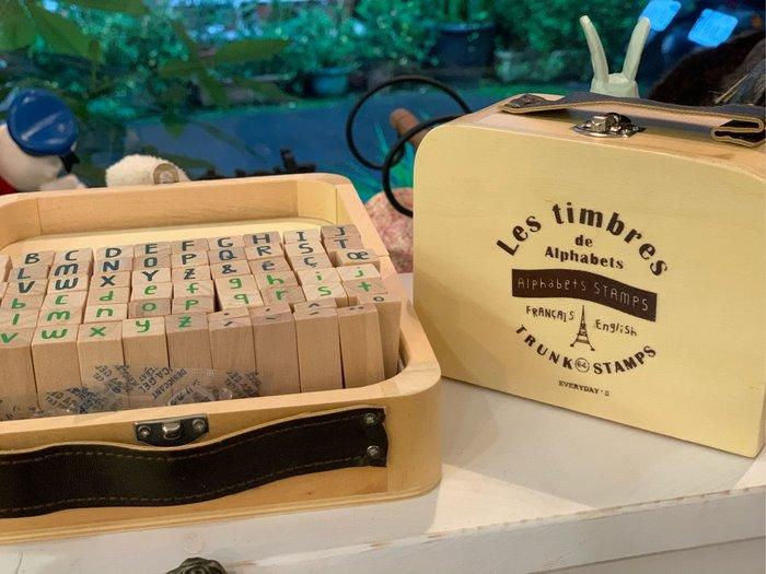 *黑頭小羊雜貨小舖*日本帶回zakka~鄉村雜貨/文具雜貨 木製皮手把手提箱造型木盒英文字母印章組~大