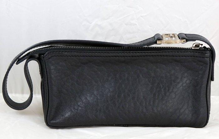 近全新 FENDI 黑色皮革小肩包手提包小包,商品狀況請參見圖示!附原廠防塵袋,保證卡與購買證明已經不在囉!免運費!