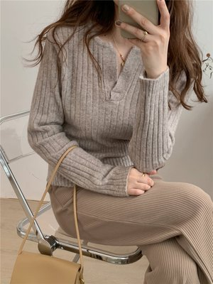 現貨燕麥色 柔軟舒適慵懶風V領毛衣 c...