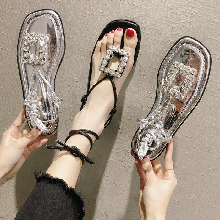 小尤家~涼鞋女仙女風新款韓版時尚百搭系帶水鉆夾腳平底鞋沙灘羅馬鞋