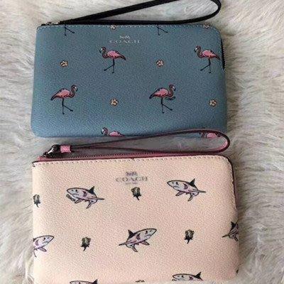 【八妹精品】COACH 30216 30217 新款女士火烈鳥鯊魚圖案L型拉鏈零錢包 手拿包 時尚趣味