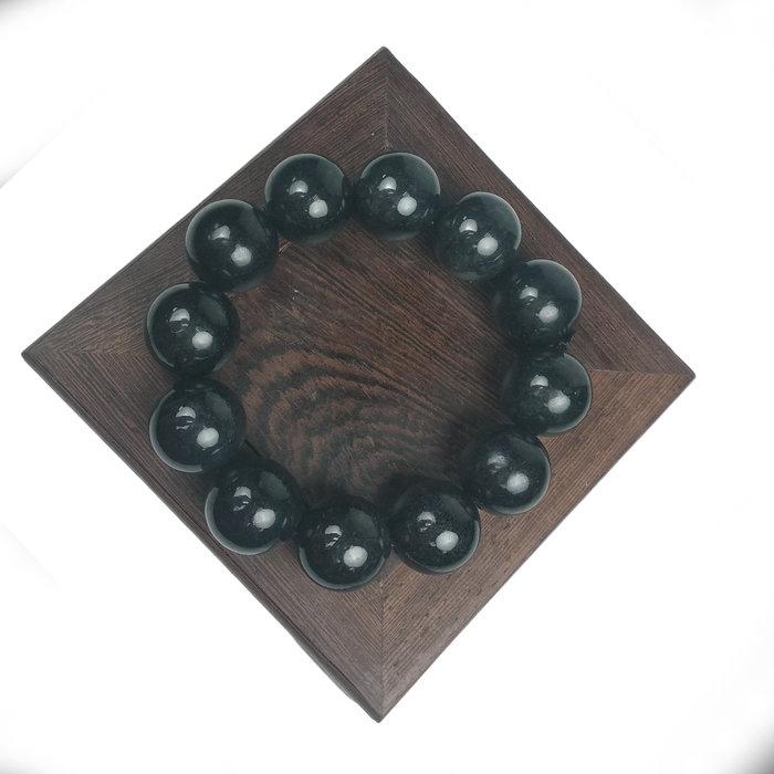 《博古珍藏》天然和闐白底墨玉大圓珠手鍊.珠徑17mm.103公克手環.膠如漆黑如墨.早期收藏.附錦盒.行家勿錯過
