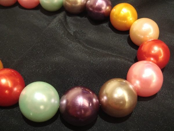 全新從未戴過的多彩大珠珠項鍊,低價起標無底價!本商品免運費!