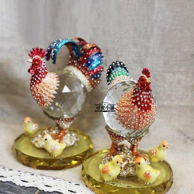 (台中 可愛小舖)鄉村貴氣華麗風格-彩色尾巴合金水晶玻璃招財帶路對雞母雞公雞開店慶祝新居落成圓形底座黃色小雞送禮祝賀