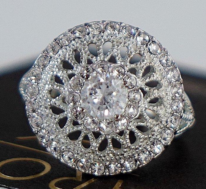 全新美國帶回 CAROLEE 純銀鑲水晶超細緻閃亮華麗款戒指,很醒目喔!附原廠防塵袋與禮盒,只有一件!無底價!免運費!