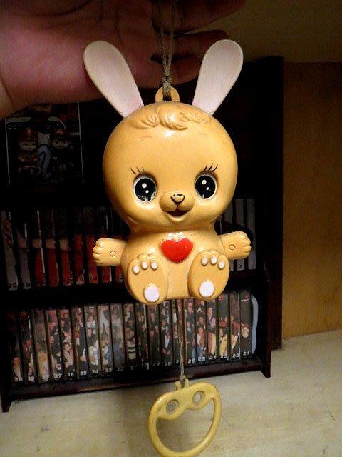 【 金王記拍寶網 】Z251    60年代寶寶嬰兒車內可愛兔子音樂盒 (正老品)  純懷舊素材擺設  罕見稀少 一件