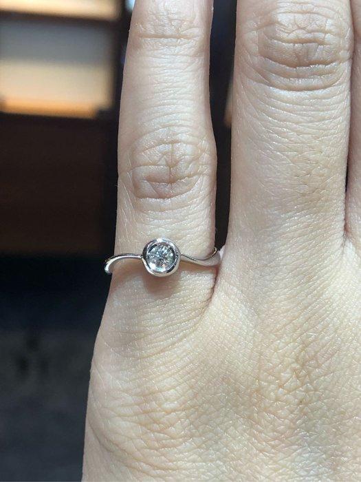 點睛品12分八心八箭完美車工鑽石戒指,專櫃品牌品質有保障,超值優惠商品7880,主鑽包鑲有放大效果
