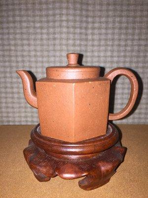 早期紫砂壺: 六方小品款式,泥料:老朱泥,獨孔出水,空壺容量約120CC,柴窯燒製