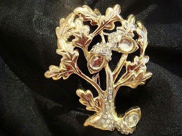 歐洲帶回,全新從未戴過的 Swarovski 水鑽金色橡樹設計款別針胸針,低價起標無底價!本商品免運費!