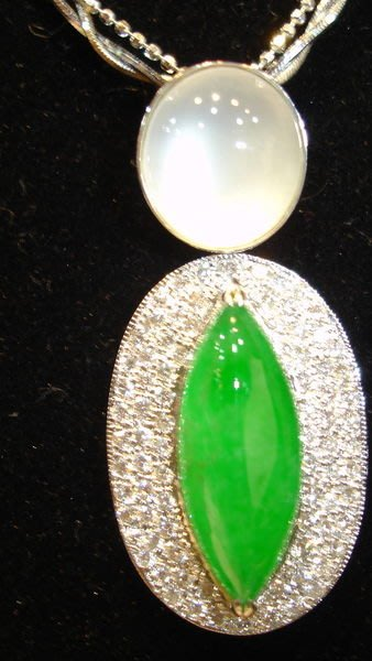 國際拍賣收藏品~天然玻離種嬌豔嫩綠泛光馬眼蛋面翡翠A貨鑽石項鍊~附聚英寶石鑑定書