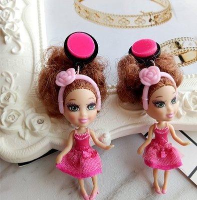 【加購區】【獨家原創】惡搞設計師有點懶。粉紅玫瑰花髮箍。賈桂琳的桃紅蓬裙小禮服。棕髮芭比。復古立體玩具公仔誇張大耳環