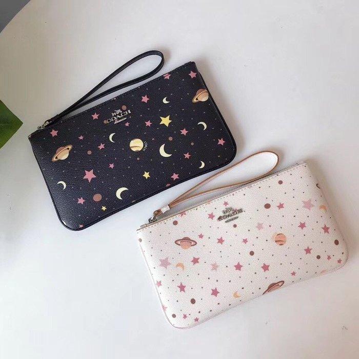 空姐精品代購 COACH 30058 新款女士星辰宇宙印花拉鏈手腕包 零錢包 可愛實用 容量大 附代購憑證