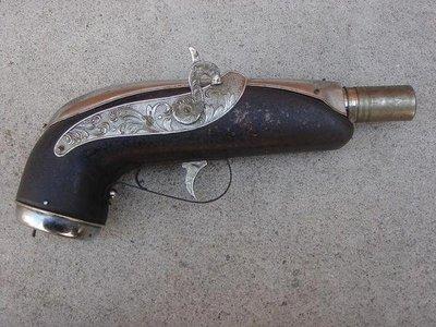**黑熊古玩藝品**外國古董鐵製二用~海盜槍造型煤油燈+手搖式音樂盒