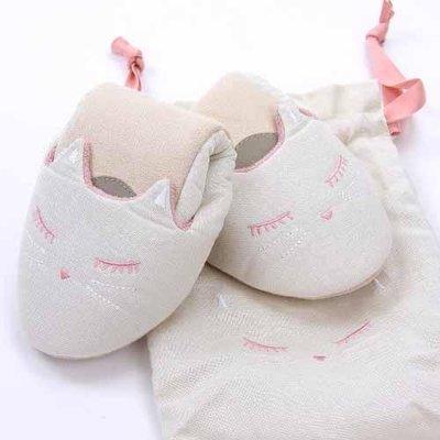 可愛貓咪摺疊式輕巧拖鞋 附贈收納袋方便旅行攜帶  在飛機或旅館都可穿著自己喜歡的拖鞋 有家的溫暖!  四款可選喔~