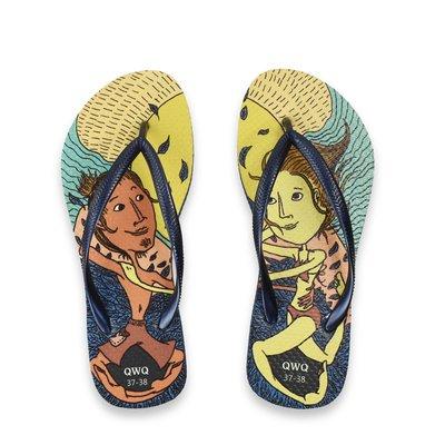 QWQ品牌 繽紛島 新星城 文創設計款 藍色細帶女款拖鞋 -阿法.伊恩納斯 海灘