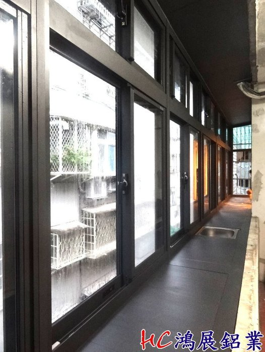 HC鴻展鋁門窗-陽台凸窗+水槽+排氣管~陽台窗店面門窗百葉窗外推窗景觀窗落地窗防墜窗防盜窗玻璃屋鋁鋼構隔音窗氣密窗免拆窗