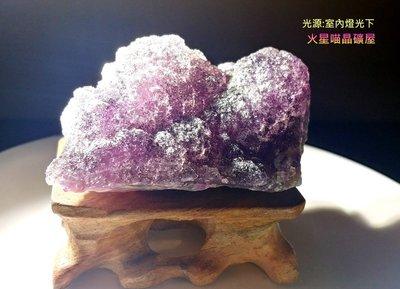 [火星喵晶礦屋]像軟糖的濃郁紫色~表面有閃亮二次結晶、小花球狀、深紫綠色漸層螢石原礦(編號3)贈實木底座/紫色螢石