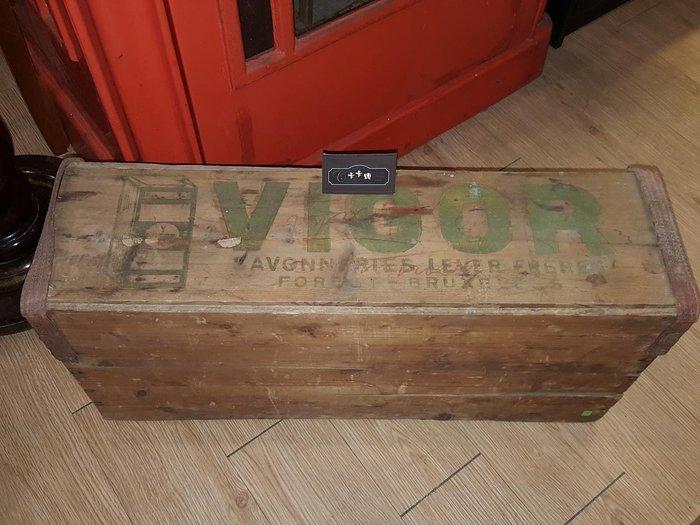 【卡卡頌 歐洲跳蚤市場/歐洲古董】歐洲老件_VIGOR 肥皂 廠記 皮帶 古董老木箱 空間布置 裝飾 圓藝 w0122✬