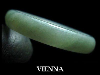 (已蒙收藏)《A貨翡翠》【VIENNA】《手圍18.2/13mm版寬》緬甸玉/冰種泛水嫩紅水綠/玉鐲/手鐲W*003