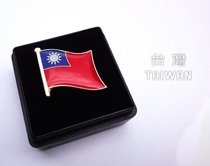國旗徽章,台灣單旗X10個+義大利雙旗X3個。共13枚