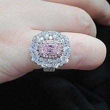 粉色鑽石珠寶極光高碳鑽戒指1克拉粉鑽鑲小鑽925銀鍍厚白金不退色肉眼難辨真假鉑金質感求婚訂婚結婚特價優惠百年經典指環鉑金質感媲美真鑽 莫桑鑽寶