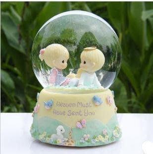 【優上精品】水滴娃娃男女孩坐草地旋轉水晶球 音樂盒 八音盒 (Z-P3217)