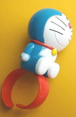 **M8-16** (裸裝無盒)麥當勞2013手環型的多拉A夢(小叮噹)塑膠玩偶/表面有使用磨擦痕跡,能接受再下標