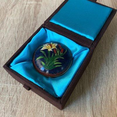 早期收藏-景泰藍 掐絲琺瑯 藍地花卉小扁圓盒008印泥盒 入門收藏者可參考