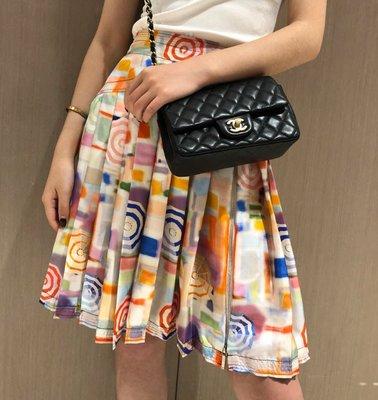 《巴黎拜金女》撞色沙灘風壓褶真絲半身裙色彩搭配超美