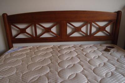 詩肯柚木-雙人床架(31777:202x163x93cm)+雙人床墊(很新)-限高雄市中心