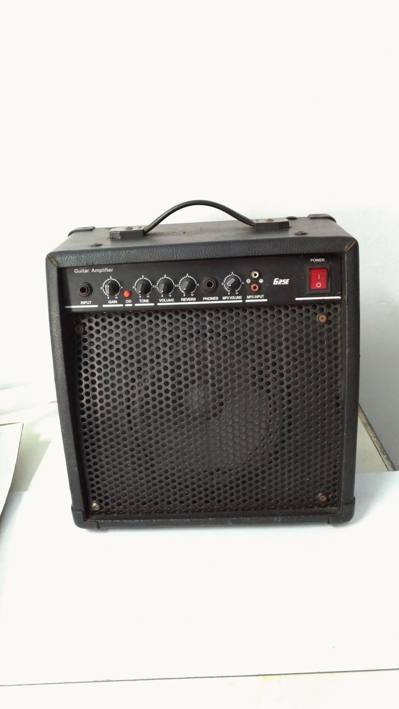 吉他擴音音箱,可以另外音源輸入。