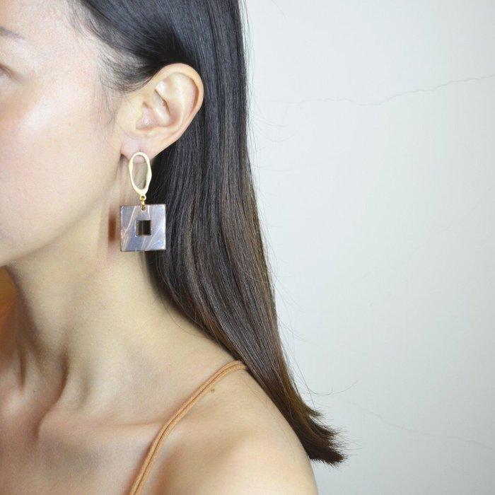 The M 正韓 咖啡色 大理石紋 正方 耳環-925純銀 耳針