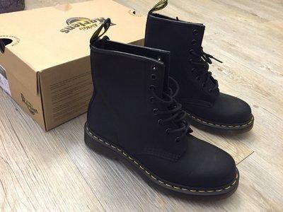 美國代購)Dr Martens Greasy 經典黃線半軟皮革平底休閒馬丁短靴 黑 UK3-13(女男
