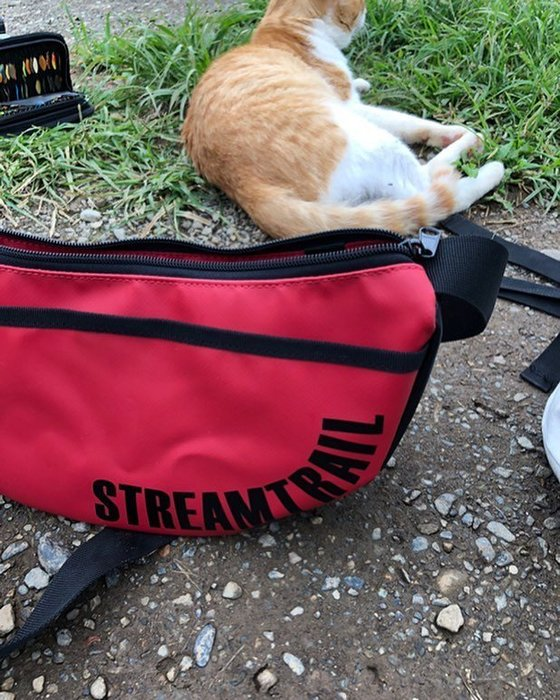日本Stream Trail戶外防水包-Moon 時尚休閒側背包 月亮包、彎月肩背包 水餃包-嗆辣紅CHILLI