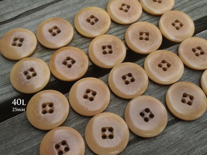 DAda緞帶‧I71179-25mm奶茶棕色淡淡水花紋4孔鈕扣1個$12【意大利進口】
