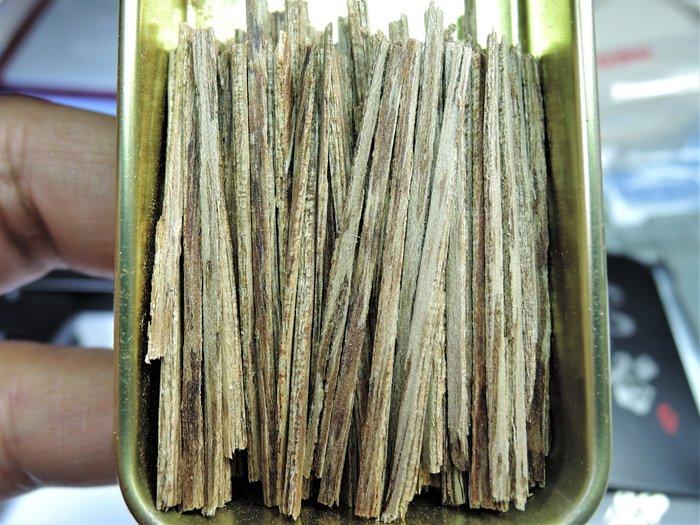 12R2越南芽莊沉香4A級 帶有瓜蜜甘甜還有一絲絲的凉意 抽煙片.熏香.煎香.煙絲 煙針. 5克鐵盒裝