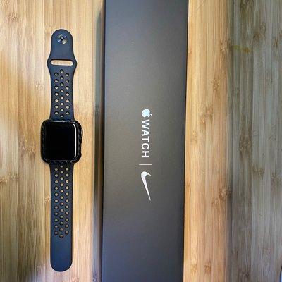 【Apple 蘋果】Apple Watch Nike+ Series 5 GPS 44mm 二手極新 2020.6.24 購入 保固中有貼保護膜跟碳纖維外殼。