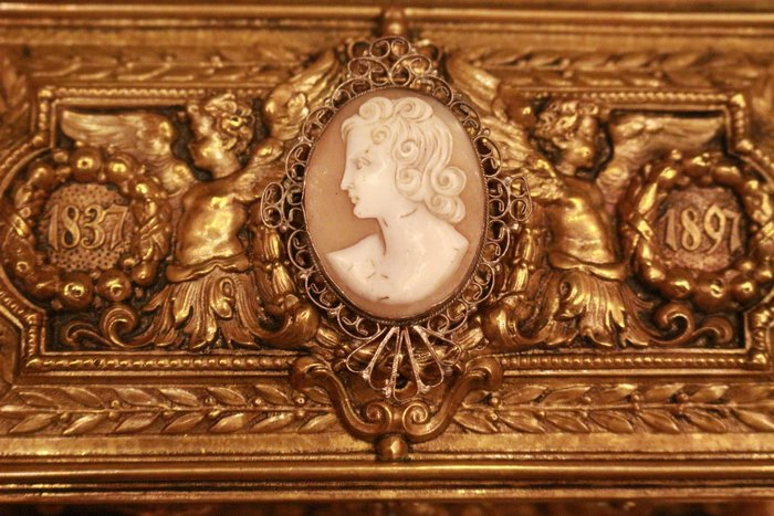 【家與收藏】極品稀有珍藏歐洲百年古董19世紀法國手工CAMEO貝雕仕女純銀鏤空浮雕胸針