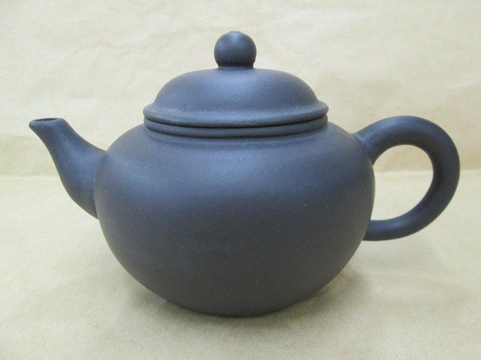 《福爾摩沙綠工場》早期黑泥-鴿嘴壺,底款:中國宜興,容量約130cc,18孔出水,特價1250。