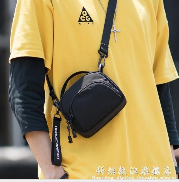 男士單肩側背包潮牌休閒胸前掛包隨身蹦迪小背包迷你手機包包 全館免運