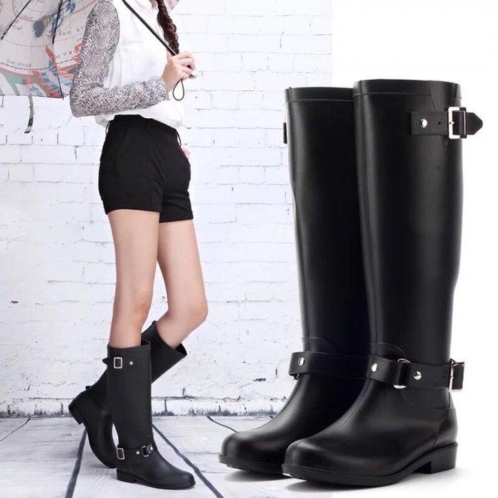 格子舖*【AN89519】愛上下雨天 VIVI雜誌款耐磨防滑底簡約扣環後拉鏈好穿脫長筒雨鞋