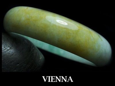 《A貨翡翠》【VIENNA】《手圍19.6/16mm版寬》緬甸玉冰種泛青嫩豆飄蜜糖/玉鐲/手鐲K+037