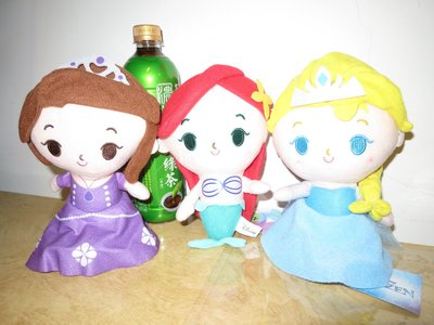 可愛娃娃  ~ 7吋迪士尼公主系列大頭扁身絨毛娃娃~冰雪奇緣艾莎 小美人魚 小公主蘇菲亞~~約22公分