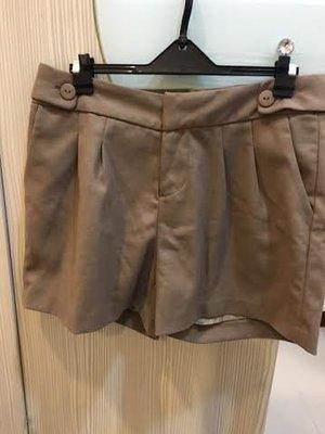 小花別針、日系品牌【LOST CONTROL 】卡其咖短褲