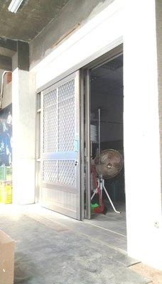 台南佑安鋁門窗-花格鋁防盗紗門軌道上面