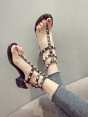 小尤家~網紅涼鞋女夏新款韓版粗跟鉚釘高跟夾趾中跟一字帶超火羅馬鞋