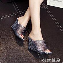 可開發票-女夏季高跟壹字拖鞋時尚粗跟魚嘴鞋水晶涼鞋坡跟透氣網狀涼拖-依戀服飾