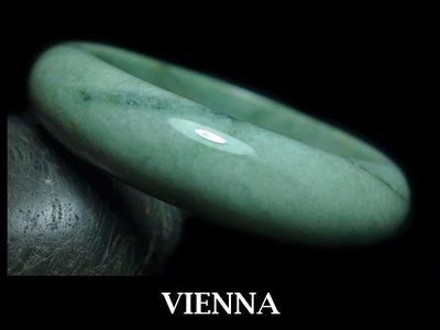 《A貨翡翠》【VIENNA】《手圍20.4/17mm版寬》緬甸玉/冰種花彩嫩豆綠/玉鐲/手鐲H-045