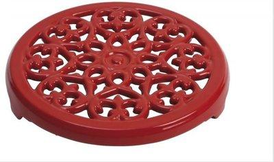 法國 Staub Lily 鑄鐵鍋墊 餐墊 桌墊 鍋墊 圓形雕花 (紅色) 23cm 耶誕禮物 尾牙贈品