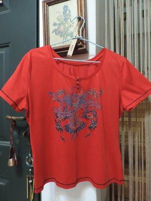 紅色短袖圓領珠花印圖上衣T恤運動衫 輕軟吸汗 絲光棉98%徠卡2% 尺寸:46  STYLED IN ITALY
